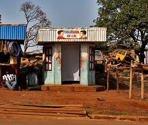 Kamerun - mistr kadeřník a jeho vlasová klinika