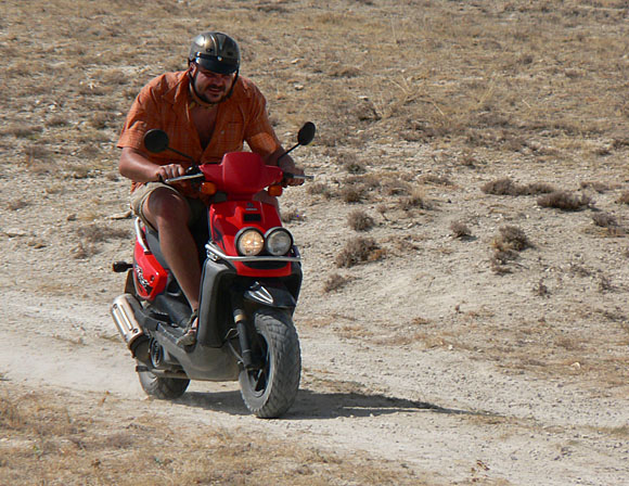 Pan Lemis na mopedu