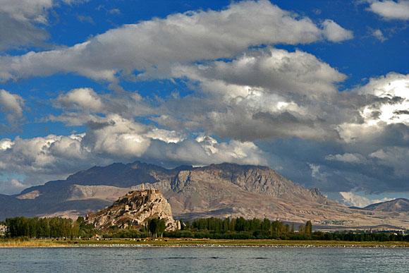 Hrad Van, za ním město Van a za ním kopec, jihovýchodní Anatolie